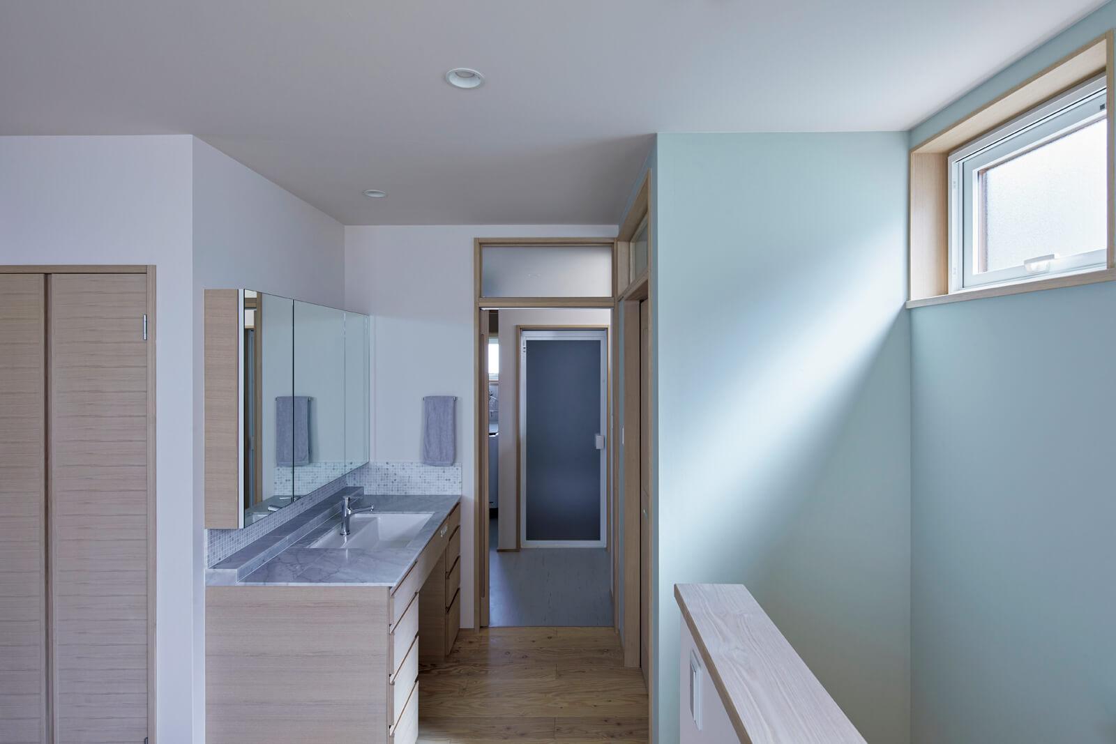 ユーティリティは、プライベートゾーンである2階に集約。洗面台はキッチンと同じく大理石を採用。将来、娘さんと奥さんが2人並んでも余裕のある大きさが嬉しい