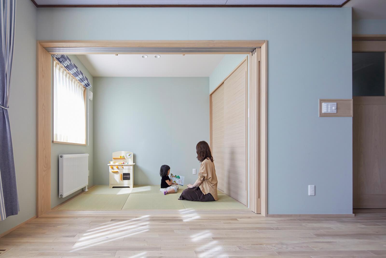 「寝転んでくつろげるような和室がほしかったんです」というYさんの希望を叶えたリビング横の和室。子どもが遊んだり、昼寝をするスペースとしても活用中
