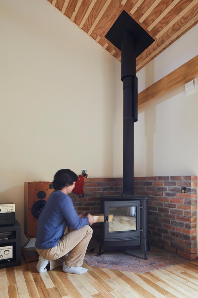 リビングには補助暖房として、Yさんが先輩の家で見て気に入ったベルギー製の薪ストーブを設置した