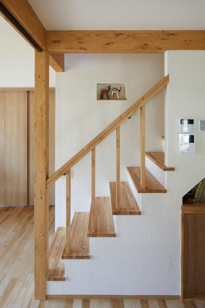 ニッチがアクセントとして効いている階段の下は、収納空間として活用している
