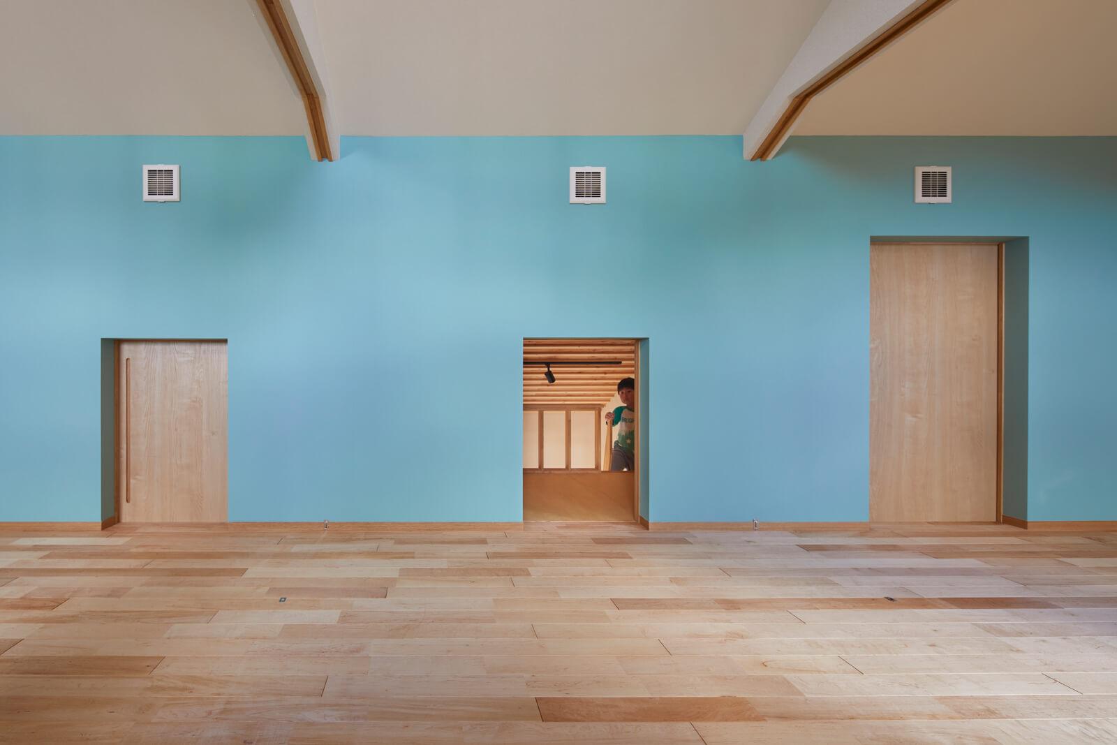 1階洋室のロフトは2階の子ども部屋にもつながっている。子ども部屋は水色のアクセントウォールとカエデ無垢床が優しい雰囲気を演出