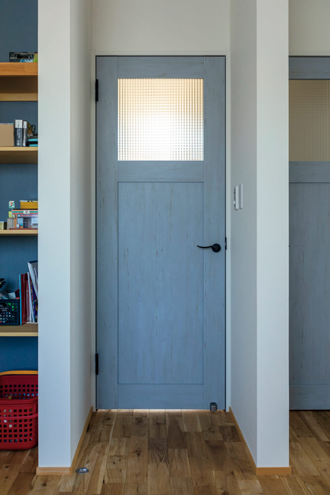 ガラス入りのドアにすると、ドアの先にいる人の気配が伝わりやすい