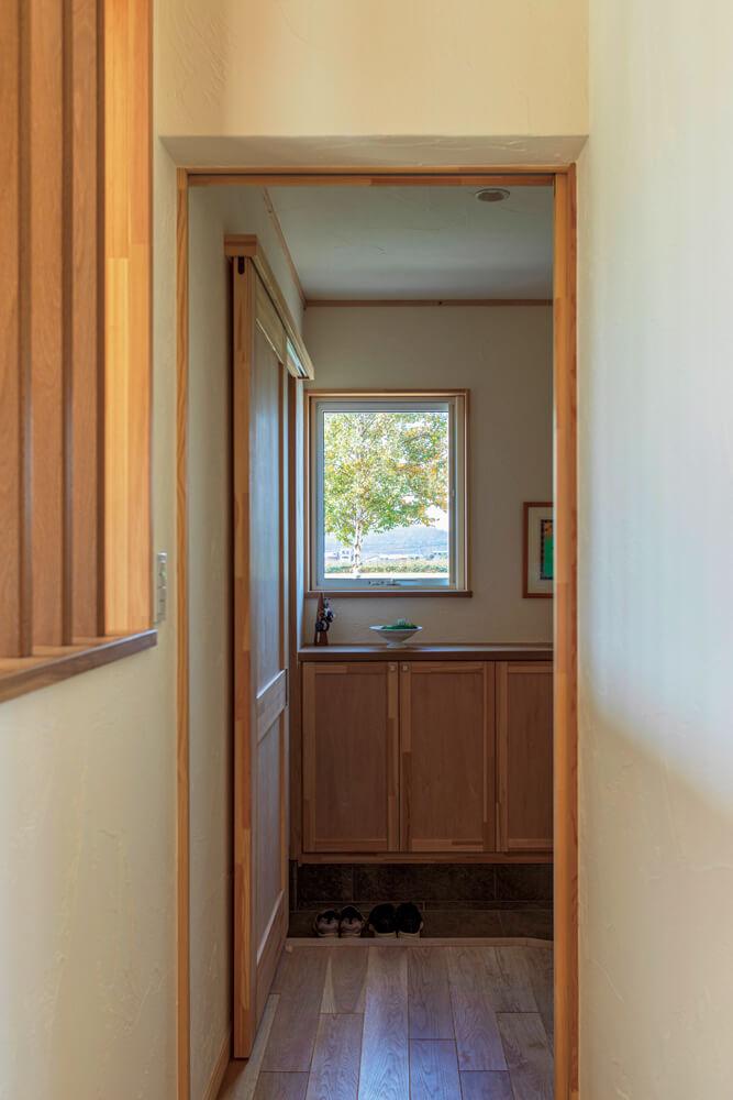 玄関の窓から見える景色はまるで絵画のよう。思いきり深呼吸したくなるような木の香りが出迎えてくれる