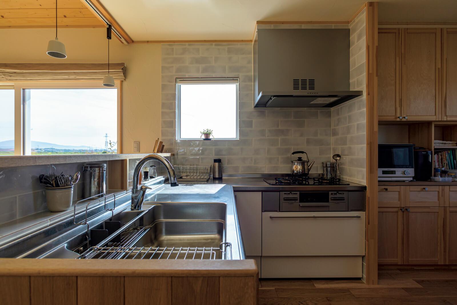 ゆったりとした広さを確保したL字型のキッチンは奥さんの希望を叶えたもの。玄関からシューズクロークを抜けて直接キッチンにアクセスすることができる