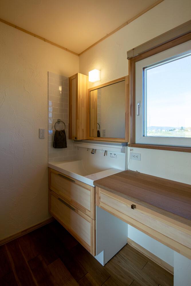広々として使い勝手の良い造作棚と洗面台