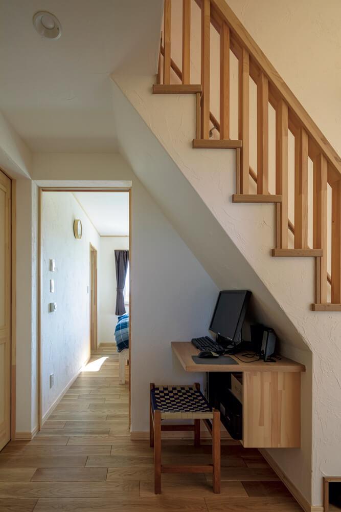 階段下は書斎スペースとして活用。「程よくこもり感があってとても気に入っています」とSさん