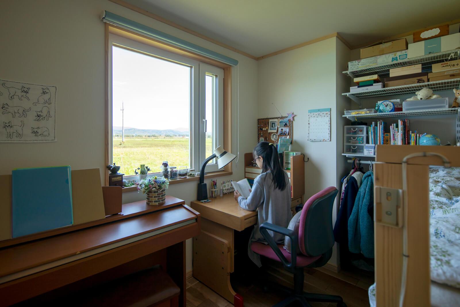 雄大な自然を望む子ども部屋。勉強もはかどりそうな贅沢な景色