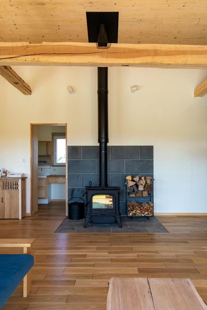 Sさん宅のメイン暖房は薪ストーブ。炉台はタイルで、炉壁は静岡県の溶岩板をSさんが自ら持ってきたそう