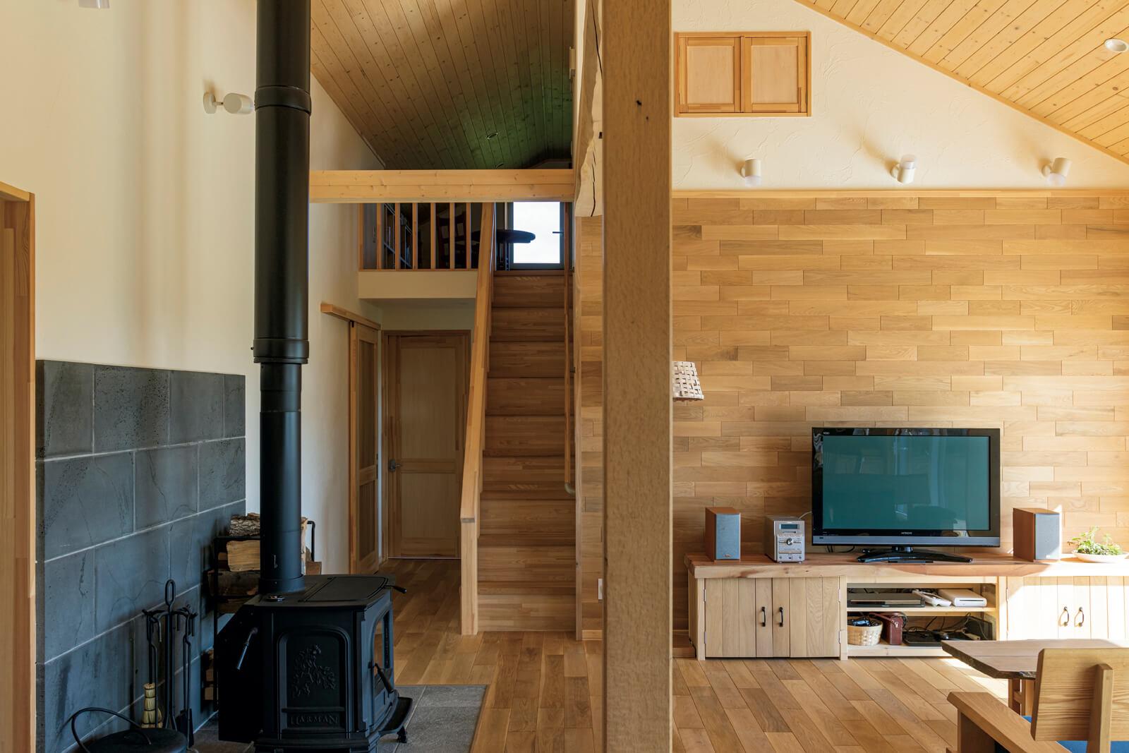 階段を上ると広いロフトがある。テレビ台はSさんによる力作