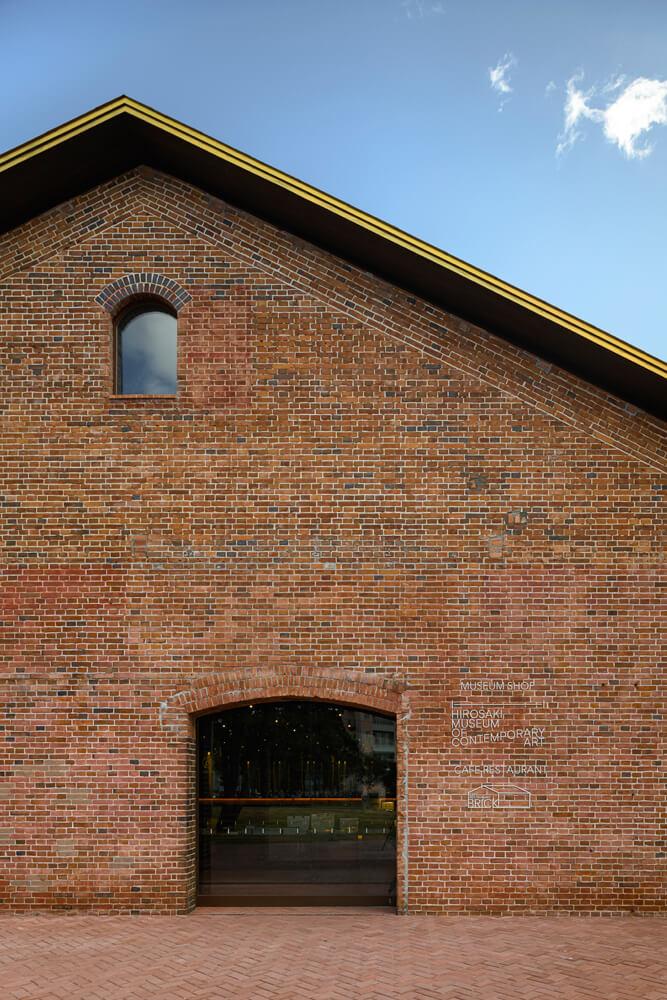 明治時代につくられた煉瓦壁をそのまま活かしたカフェ・ショップ棟正面の壁