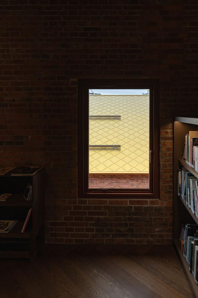 2階にあるライブラリーには、カフェ・ショップ棟の屋根が間近で眺められる窓が。この美術館のシンボルともいえる菱葺きで仕上げた特注チタンの屋根材がじっくり観察できる