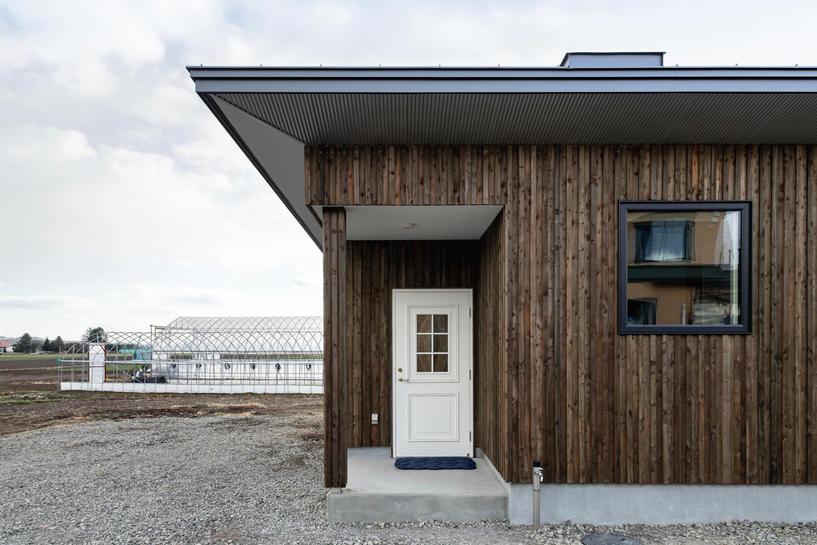 白いドアを採用した玄関は、畑と住まいの行き来専用の裏玄関