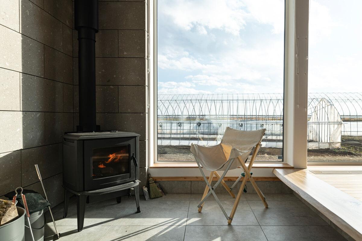 玄関土間に設置された薪ストーブは、炎のある暮らしを楽しむための補助暖房