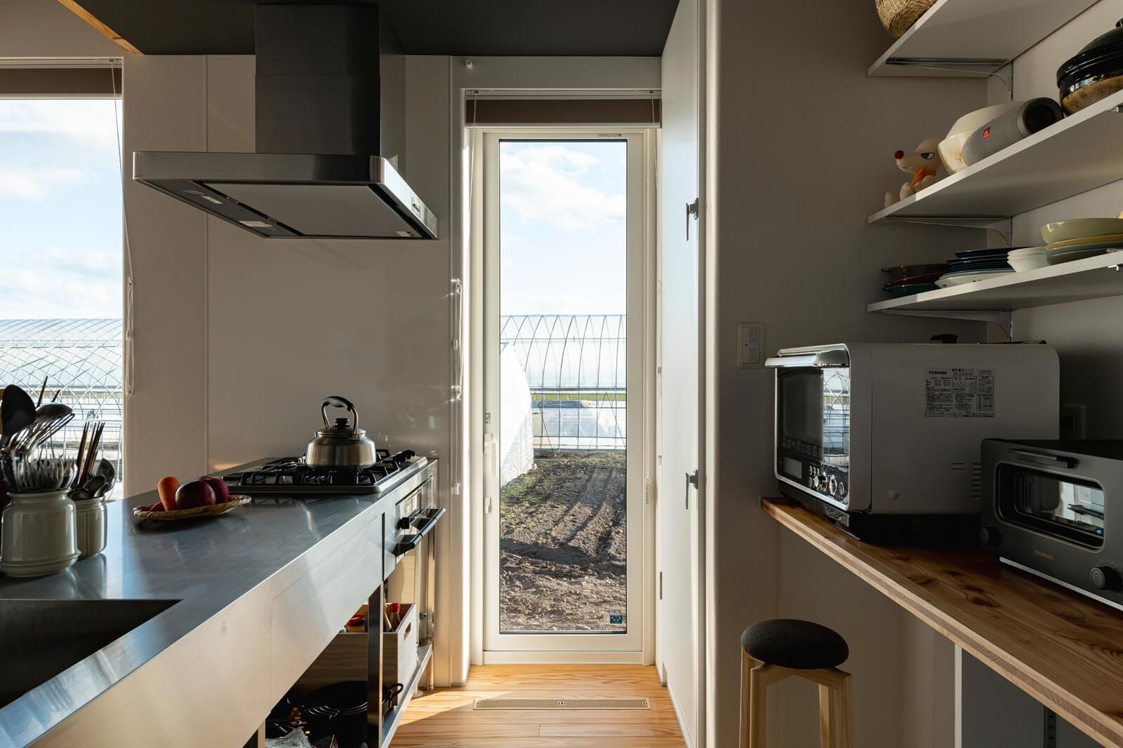 陽射しがたっぷり入るキッチンは、明るく心地よい。側面には、勝手口を兼ねる掃き出し窓を採用