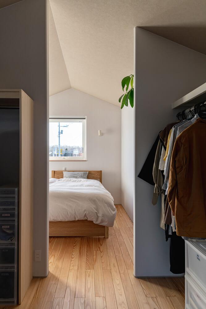 造作収納が充実したウォークインクローゼットを設けた2階の寝室