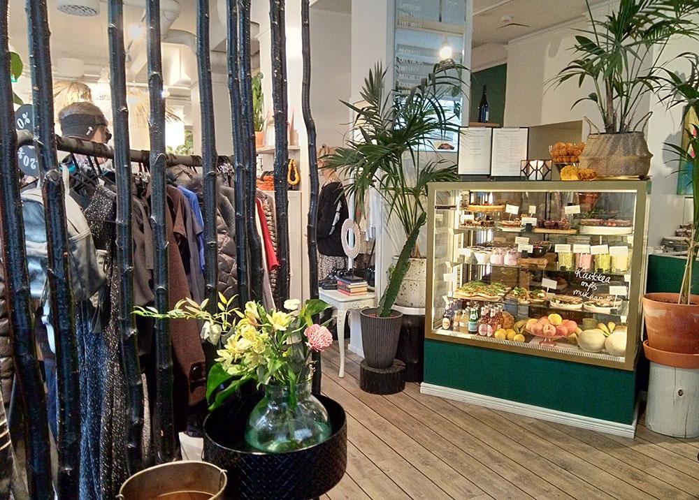 店内に入って左側がリサイクルショップ、右側がカフェ。インテリアグリーンがたくさん飾られているのも気持ちいい