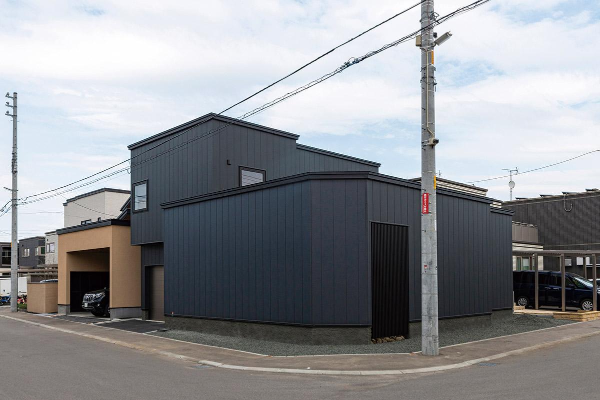 近所でもひときわ目立つ黒のモダンな外観。住宅地でありながらプライベート感をしっかり確保している