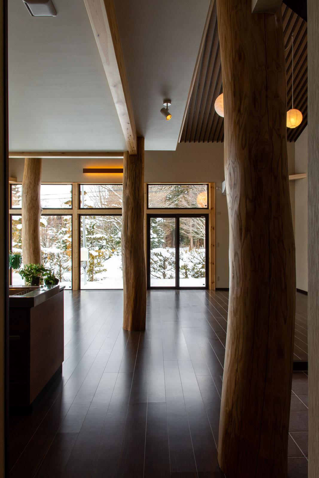 竣工当時のSさん宅のLDK。広々とした空間に3本の丸太柱が圧倒的な存在感を放つ
