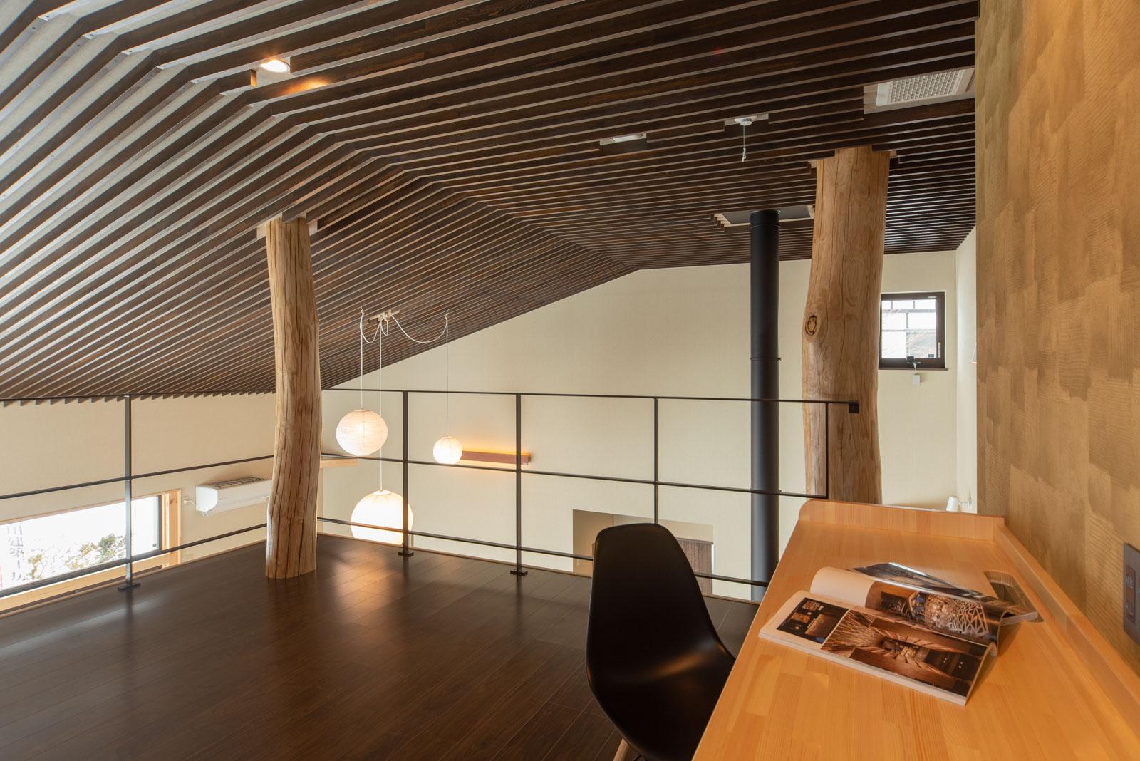 2階は開放感を重視して壁はつくらず、手すりも極力シンプルなデザインに