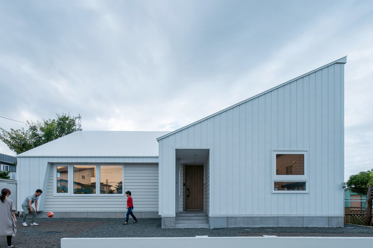 L字型で急勾配な片流れの屋根が目を引く外観デザイン