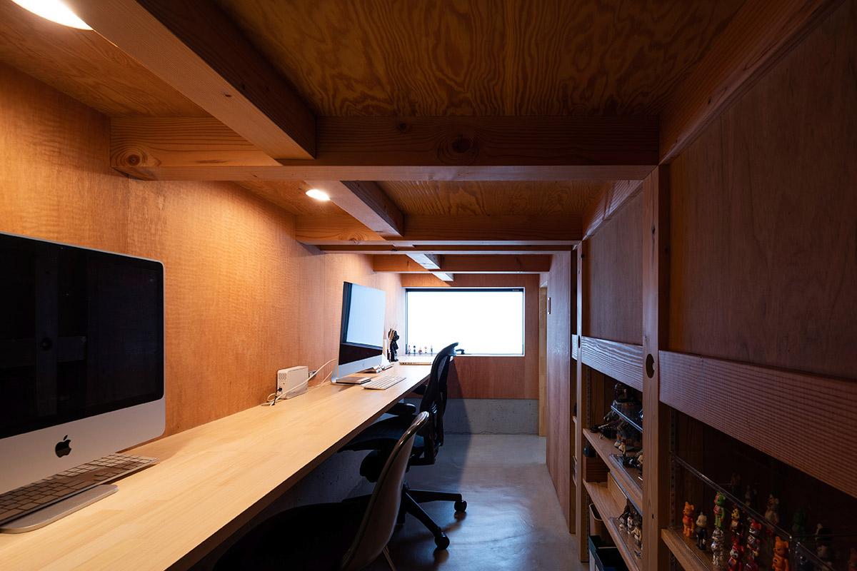 2人でも並んで作業できるゆとりあるカウンターを造り付けた、床下の書斎スペース