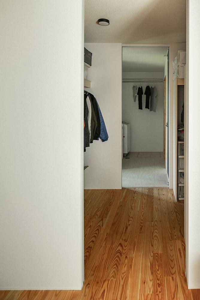 洗面脱衣室のすぐ隣にゆとりの広さのファミリークローゼット