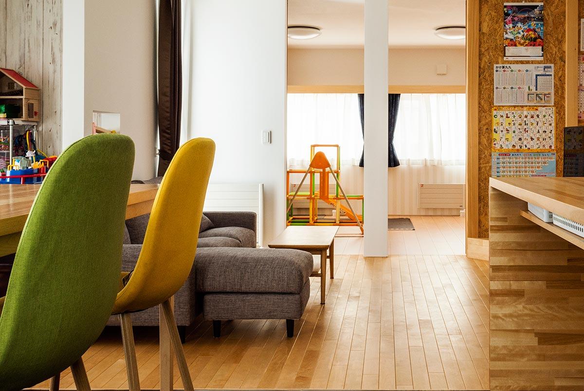リビングは無垢フローリング、奥の子ども部屋はシート仕上げの複合フローリングと、部屋によって使い分けても