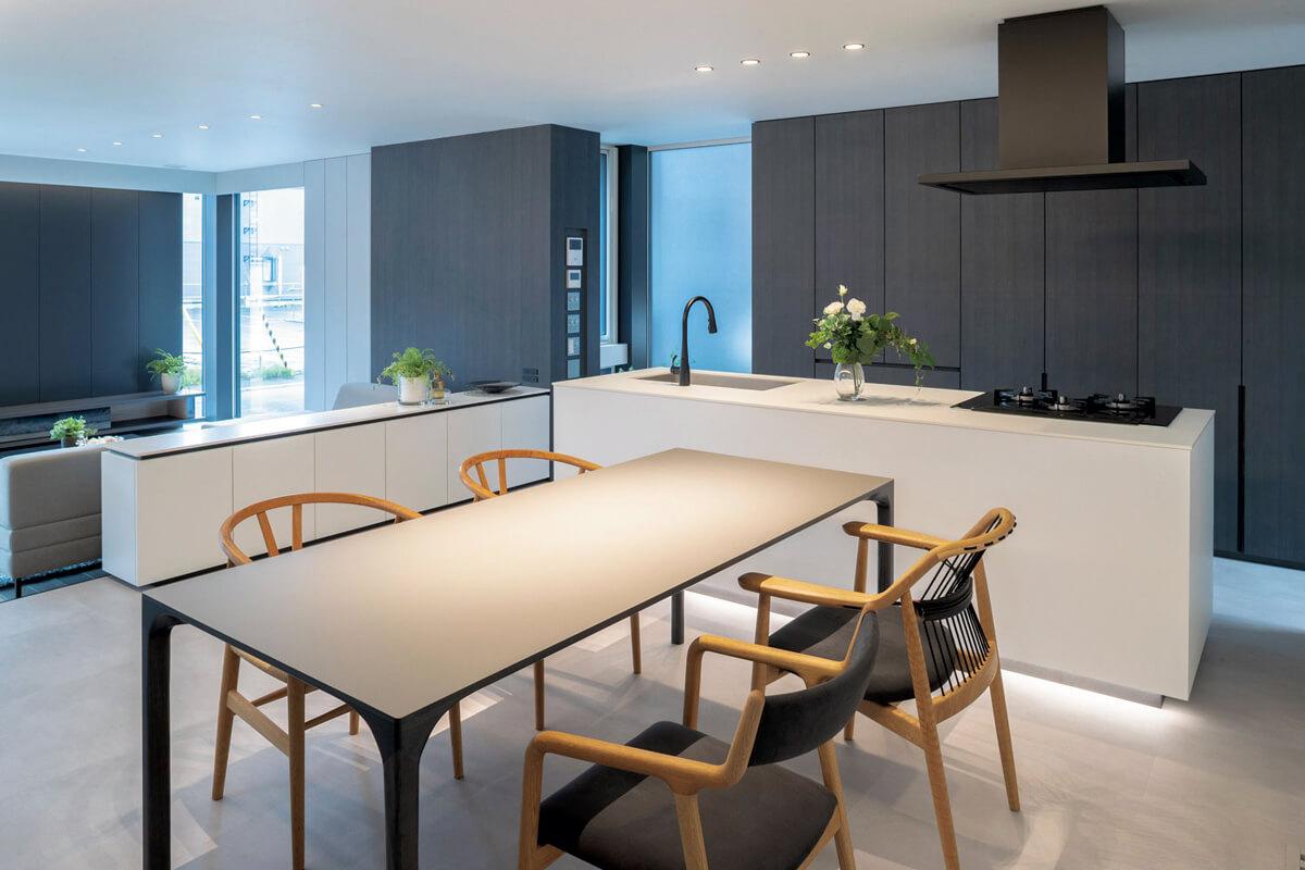 case2 札幌/ノルド・リネアタラーラが北日本総代理店・加工工場となるイタリアの新素材「FENIX」を使ったスタイリッシュなキッチン空間。ホワイトFENIXとブラック染色木のコントラストが美しい