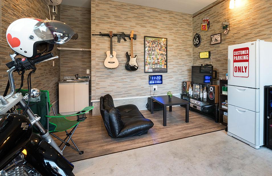 趣味部屋を兼ねたガレージの床に木目調のクッションフロアを採用