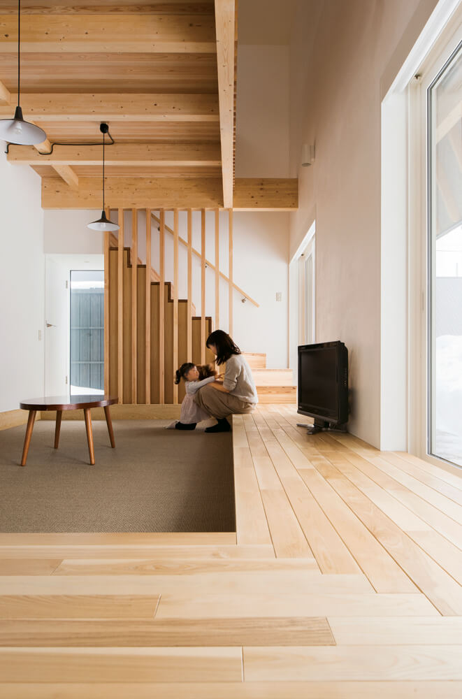 フローリングがベンチ代わりに。ソファなど家具が最小限に抑えられるのも床座の魅力