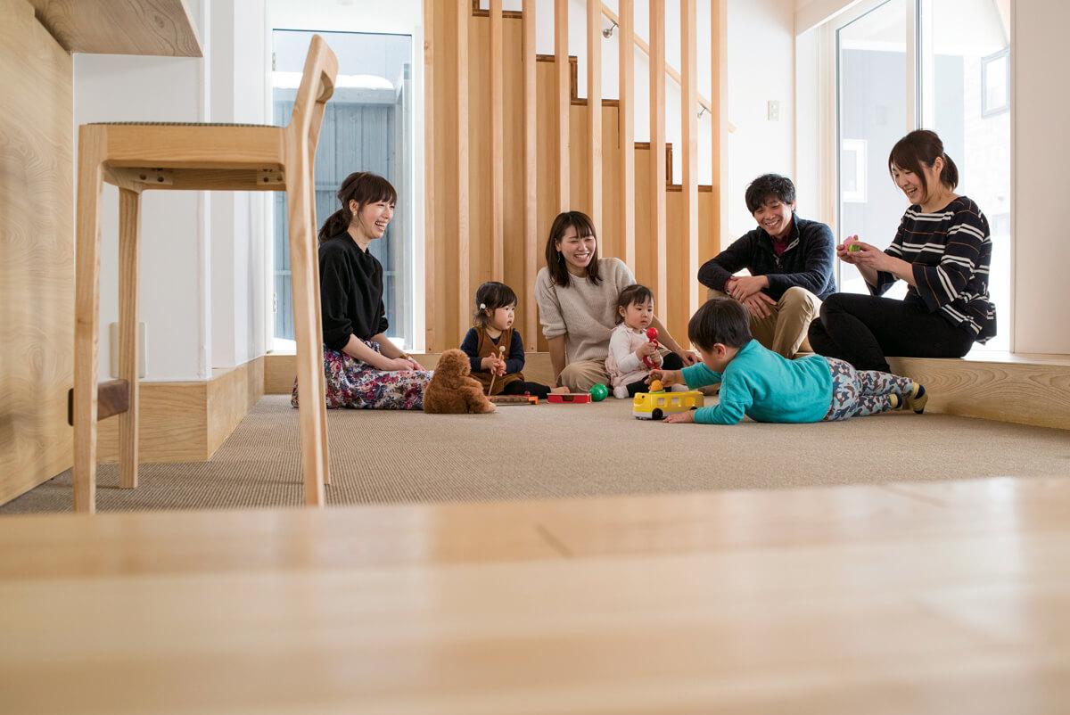 寝そべったり、座ったり、走り回ったり。大人も子どもも自由に過ごす床座の暮らし