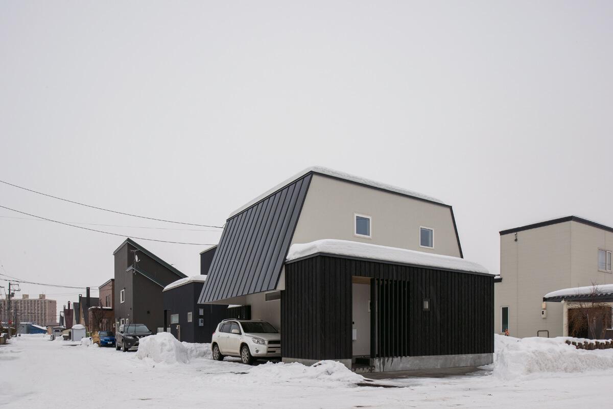 屋根らしい屋根が欲しいというご主人の希望を受けてデザインされた、昔ながらの三角屋根をなぞらえた外観は、懐かしくも新しい印象でご近所からも好評。南北に伸びる軒下は駐車場や縁側を雪から庇う役割を持つ