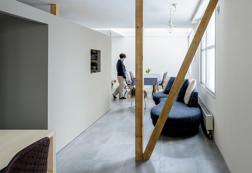 リノベーションした住まいでも使用。床の模様のニュアンスが空間に映える