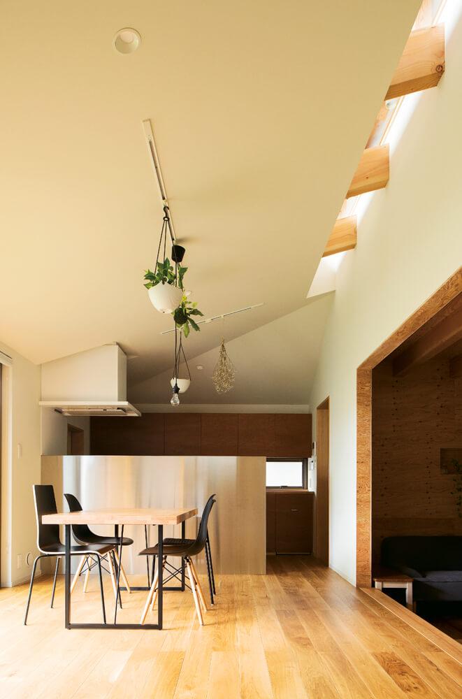 ダイニングの上部は屋根なりの天井として、一部を吹き抜けに。ハイサイドライトからの陽が射し込む