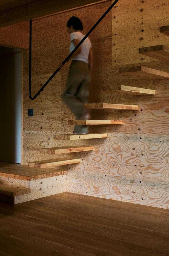 構造用合板によるキャンティレバーの階段。スチールの手すりと相まった美しいデザインが秀逸