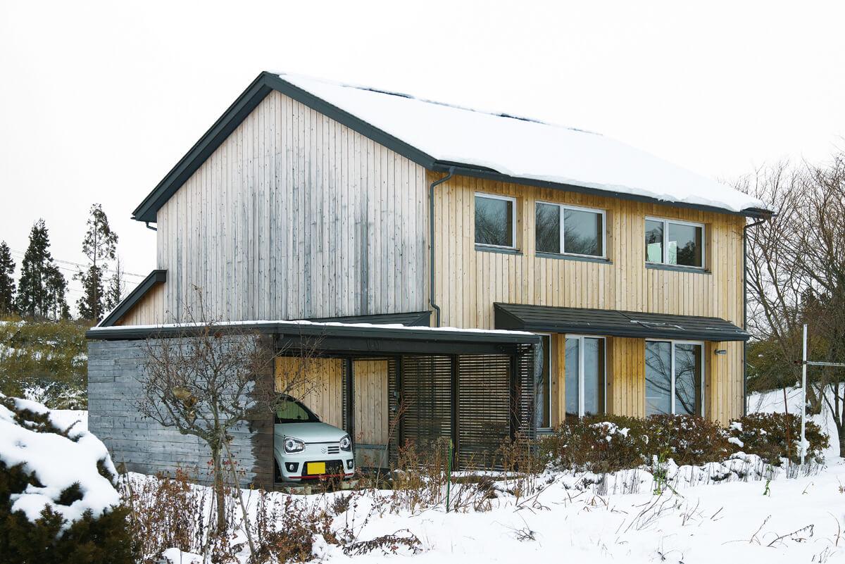 建物の輪郭は残し、外壁を無塗装の木材とした