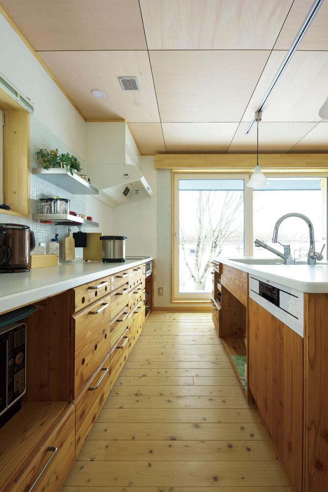 老後を考えてキッチンの収納は下部にまとめた。奥行きのある収納は使い勝手もよい