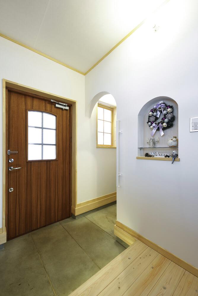 ゆとりのある玄関ホール。奥はクローゼットを併設した家族用の玄関