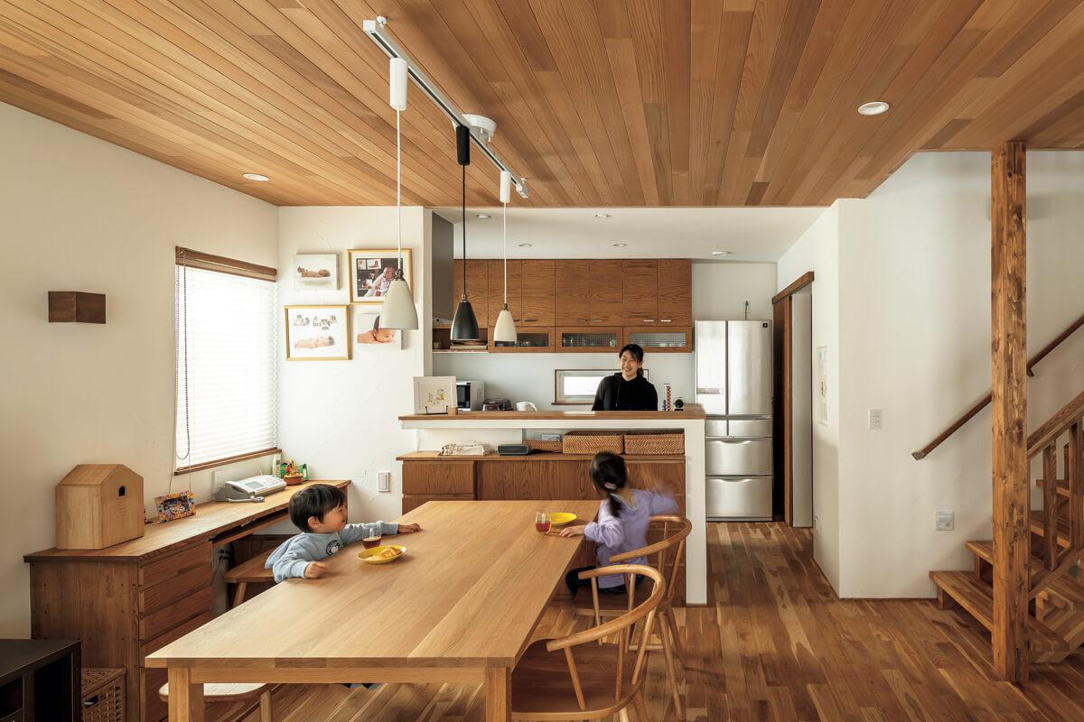 リビング階段を備えた開放的なLDKは、奥さんが家事で忙しくしていても、子どもたちの様子を見渡すことができる