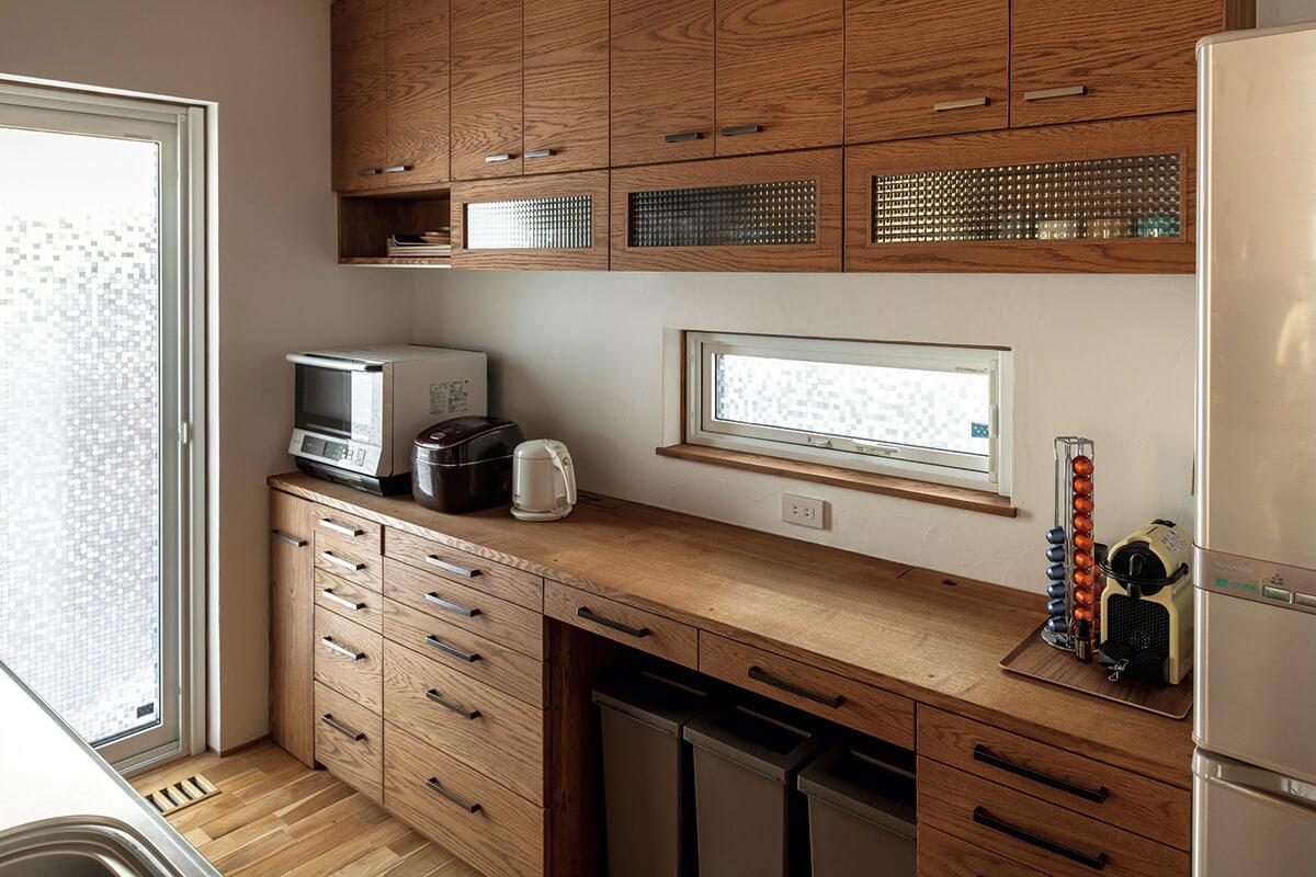 対面式キッチンの背面には、奥さんが使い勝手を追求した造作収納を設置。キッチンと収納の距離感にもこだわった