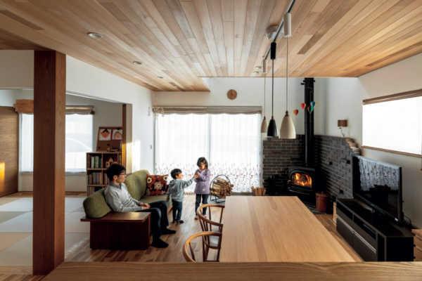 薪ストーブの炎が家族の笑顔を見守る家