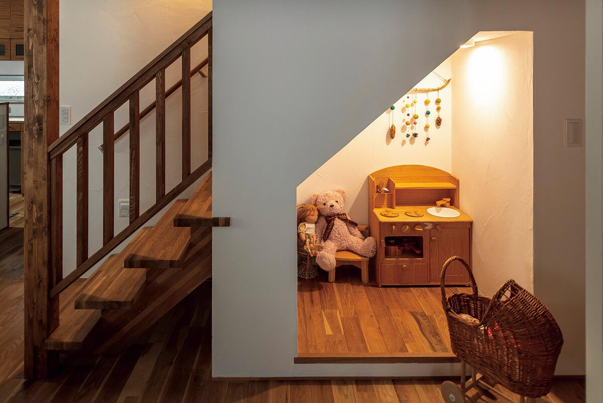 階段下の子どもコーナーは、施工中に大工さんが設えたもの。こうした臨機応変な空間アレンジも、キクザワならでは