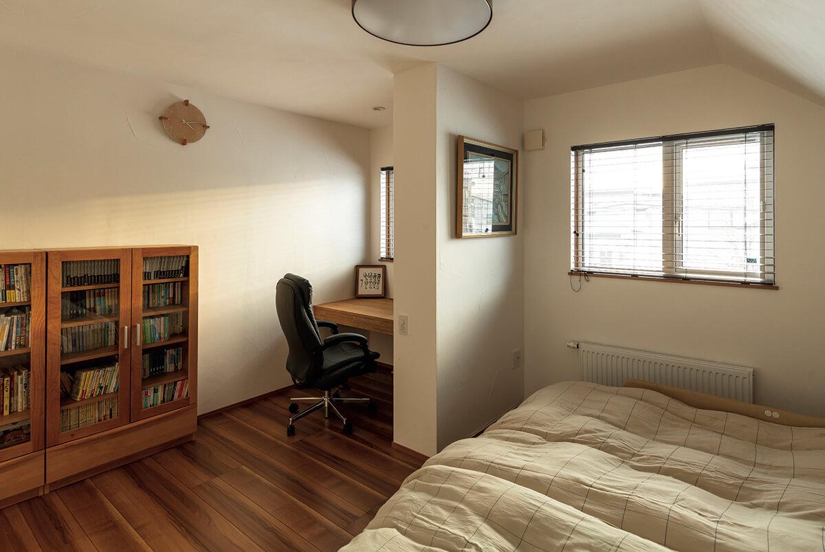 2階主寝室には、Yさんの希望で庭に植えたサクラを眺められる書斎が併設されている