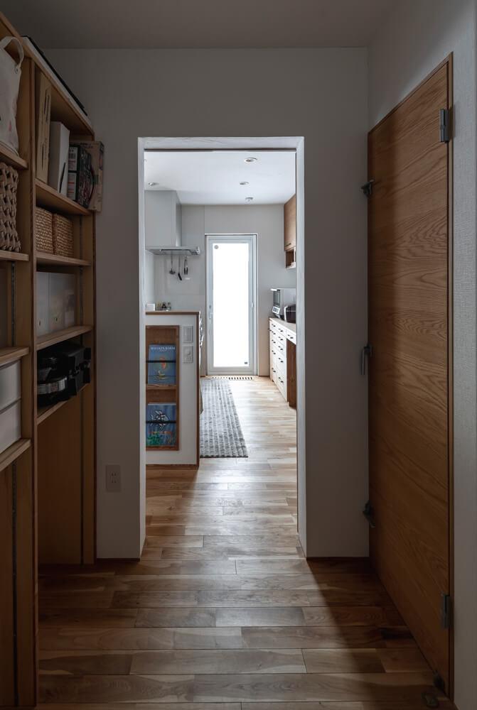 キッチンと水まわりの間には、保冷庫を備えたパントリーを設置。生活動線に沿った収納計画で、ストレスフリーの家事を実現