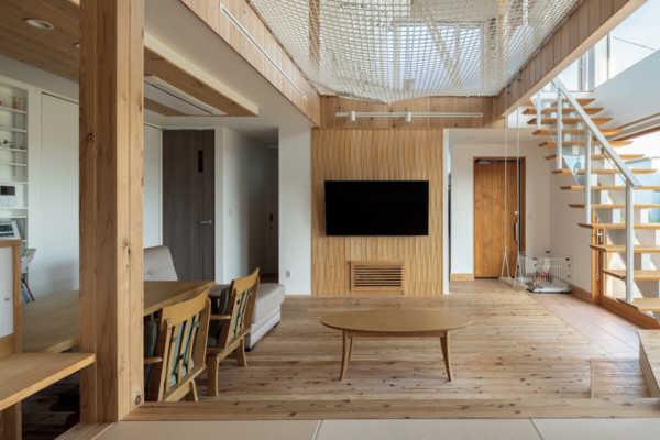 自然素材で安心のアスレチックパークのような住まい