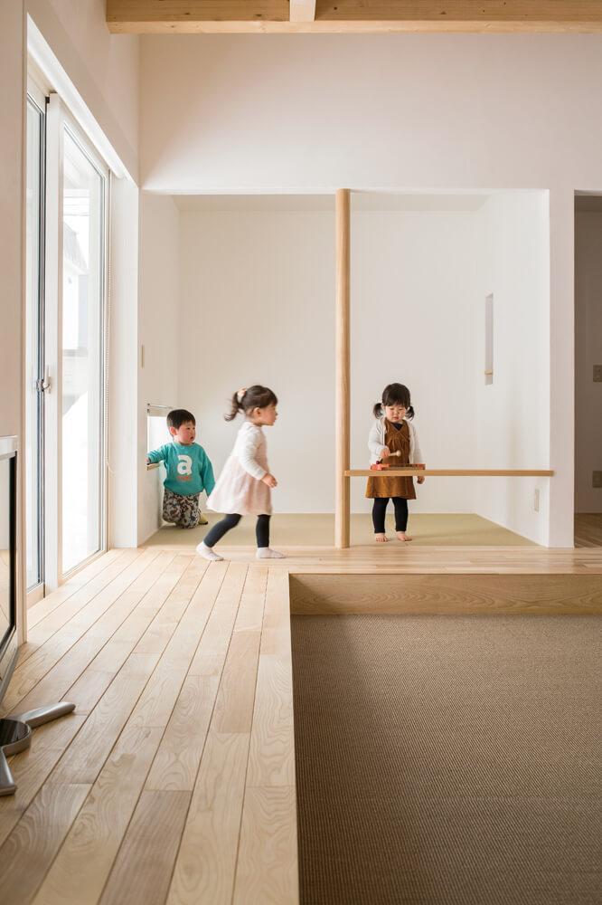 和を好むご主人の書斎として設けた畳スペースは、リビングとはまた違った趣のある床座空間。子どもたちの遊び場としても活躍中