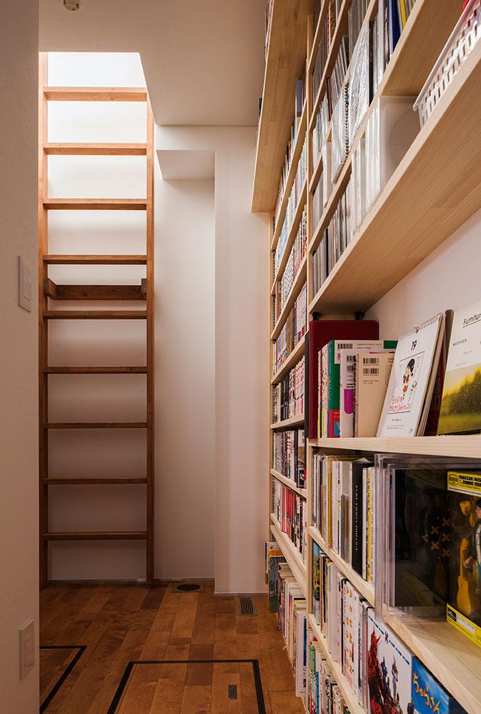 図書コーナーの一角に出入り用のはしごが掛けられている