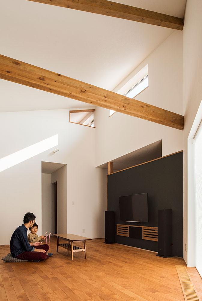 リビングの吹き抜けに開いた台形の小窓の向こうが、書斎スペース