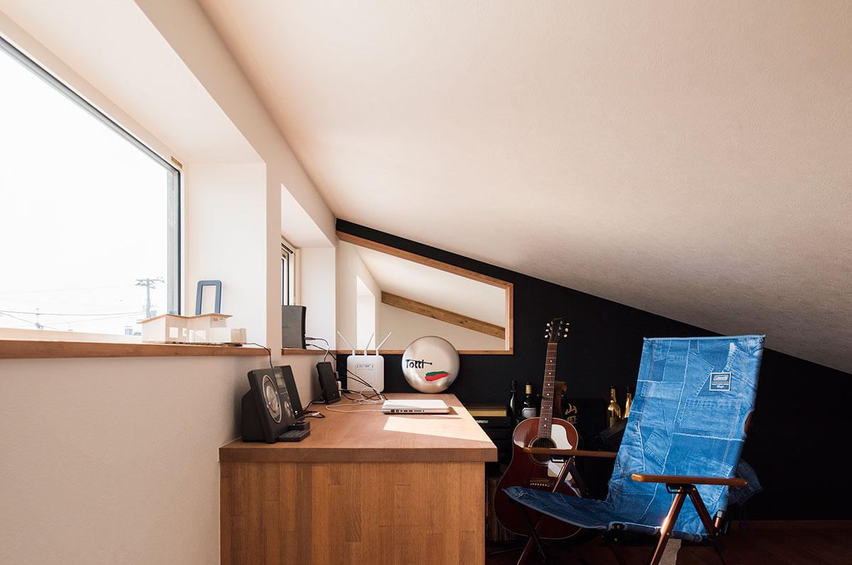 平屋で小屋裏を書斎スペースに活用した例。天井は低いが、座っていればさほど気にならない