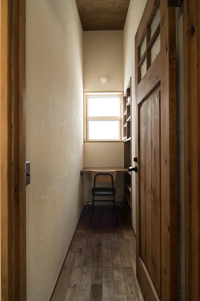 ウナギの寝床のように細長い書斎。コンパクトながらドアの雰囲気や、床や壁の素材感が心地よい